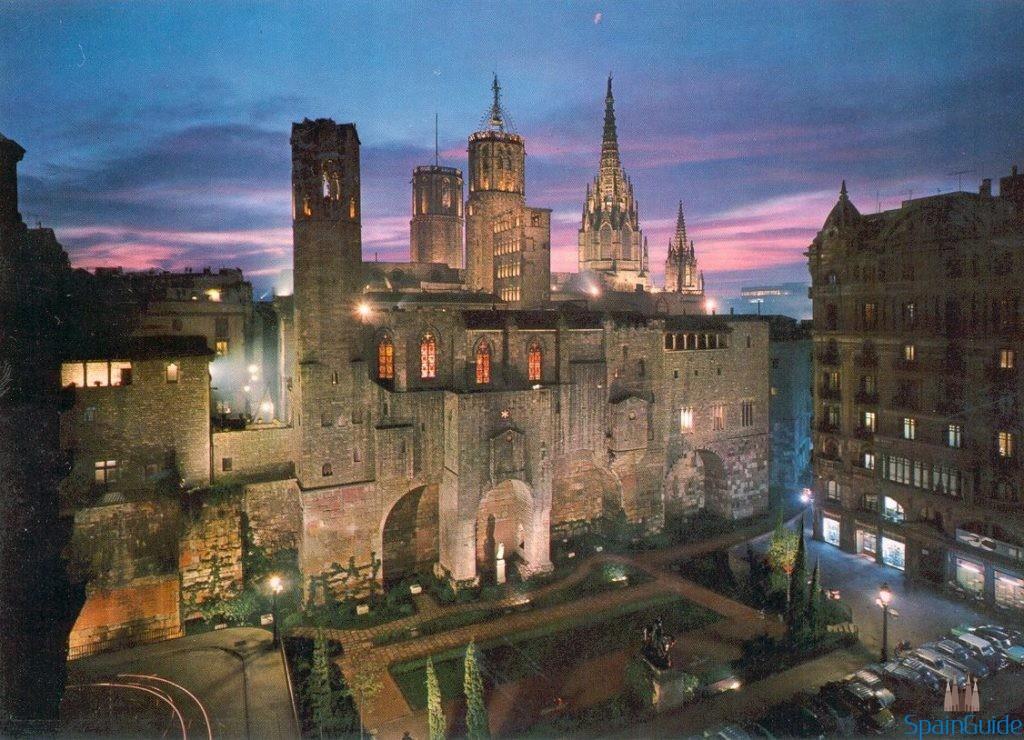 Plaza Ramón Berenguer III, muralla romana y Capilla Real, en Barrio Gótico.- BARCELONA